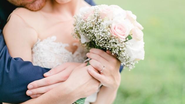 "Невесту ""затравили"" в сети из-за неудачного маникюра на свадьбе: фото"