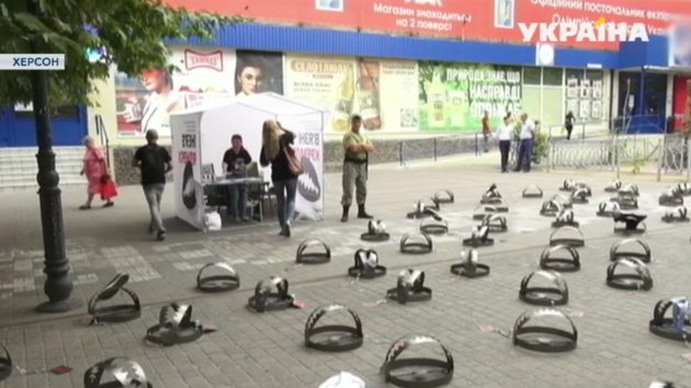 Капканы на тротуаре: в Херсоне прошла акция в поддержку узников Кремля