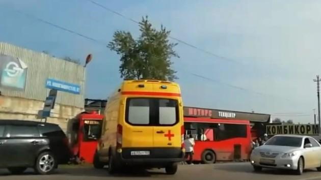 В России маршрутка врезалась в дом: один погибший, десятки пострадавших