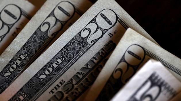 Доллар держит планку: как изменился курс на межбанке