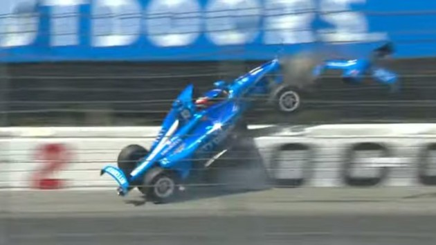 Чудовищная авария произошла на первом круге гонки IndyCar в США