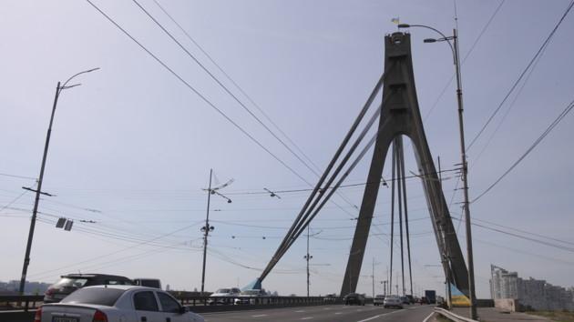 Тройное ДТП на Северном мосту в Киеве парализовало движение транспорта: видео