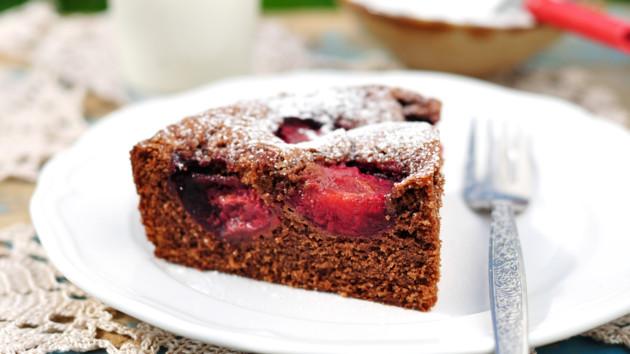 Как испечь шоколадный пирог со сливовой начинкой
