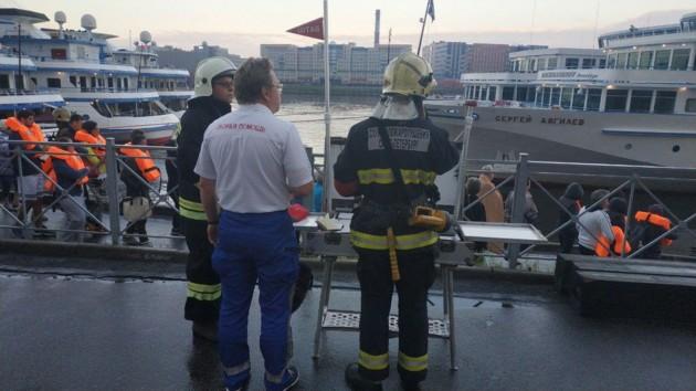 В Санкт-Петербурге загорелся теплоход: есть погибший