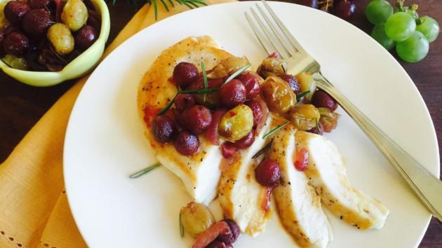 Куриные отбивные с виноградом и розмарином: рецепт дня