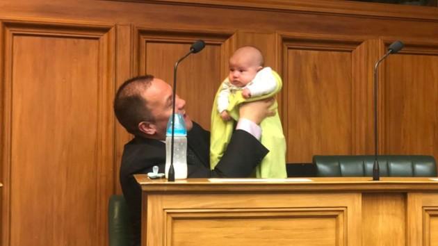 Спикер парламента на заседании нянчил сына гей-пары: видео