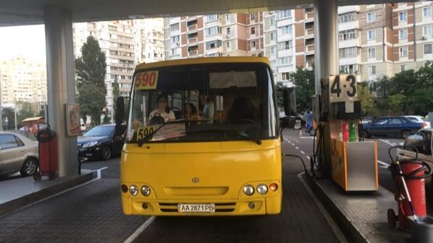 В Киеве маршрутчик заехал на заправку прямо с пассажирами в салоне