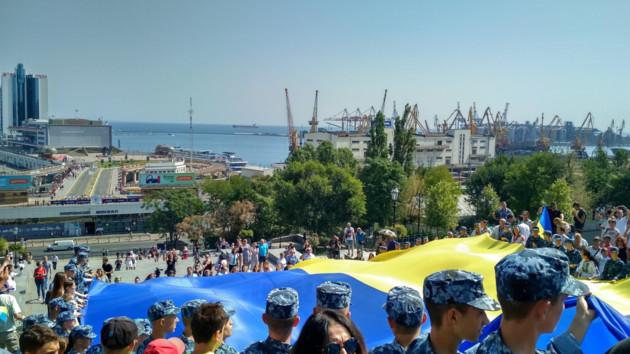 В Одессе развернули 28-метровый флаг Украины: фото и видео