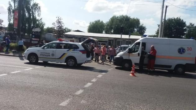 Во Львове автомобиль полицейских сбил двух пешеходов: фото с места инцидента
