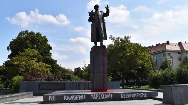 В Чехии облили краской памятник советскому маршалу: отмывать не будут