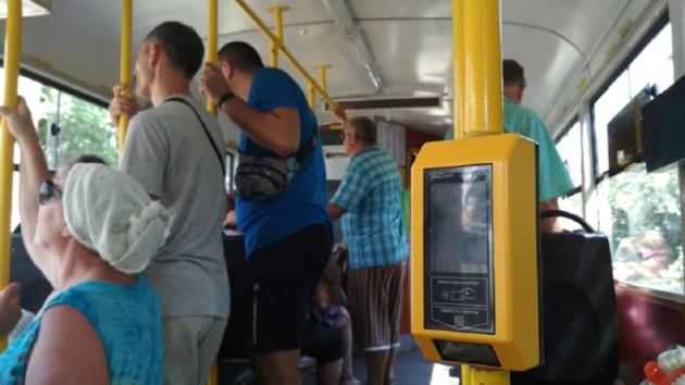 В Одессе крупный мужчина своим телом выдавил стекло в трамвае