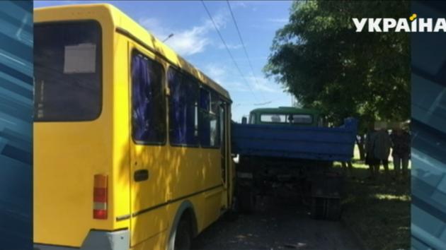 Масштабное ДТП в Запорожье: маршрутка врезалась в грузовик, ранены семь человек