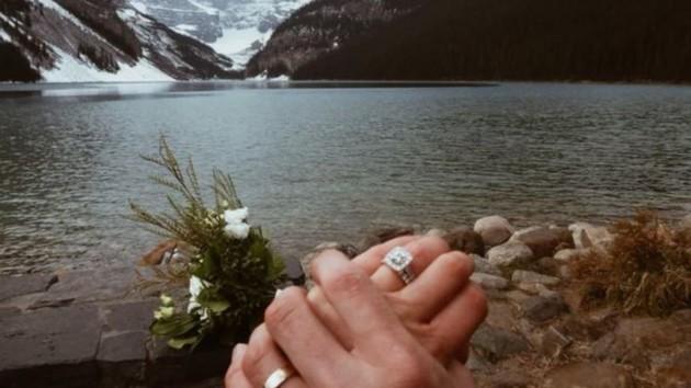 """Без гостей и угощений: пара показала """"самое красивое свадебное фото"""""""