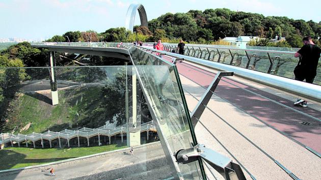 В Киеве на новом пешеходном мосту снова пускают на стеклянные площадки – видео
