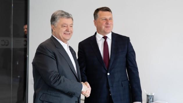 Порошенко встретился с экс-президентом Латвии: о чем говорили
