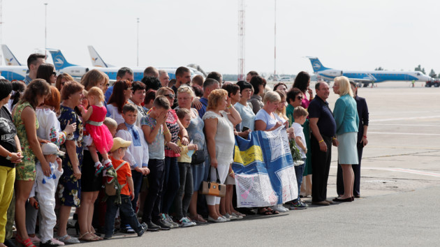 Встреча освобожденных  украинцев в Борисполе / REUTERS/Gleb Garanich