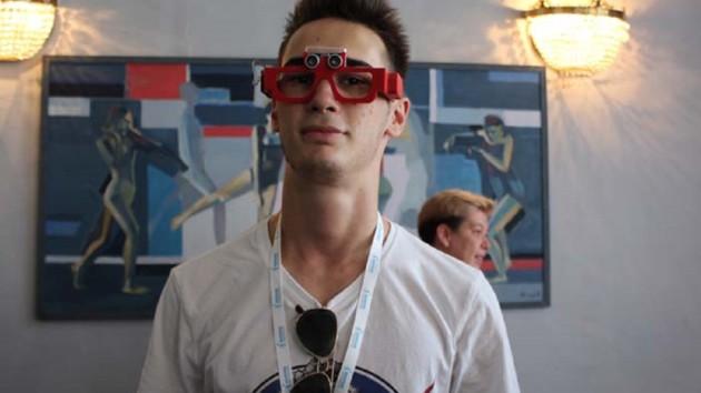 """В Днепре школьник изобрел """"чудо-очки"""" для слабовидящих"""