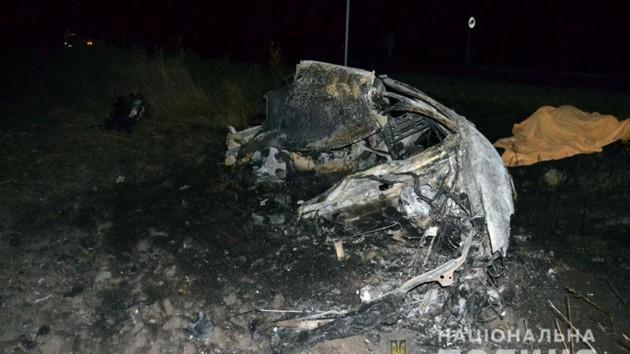 На Донбассе легковушка протаранила бетонную стелу и загорелась: двое погибших
