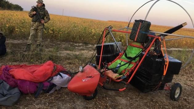На границе с Румынией задержали мотодельтаплан, набитый сигаретами