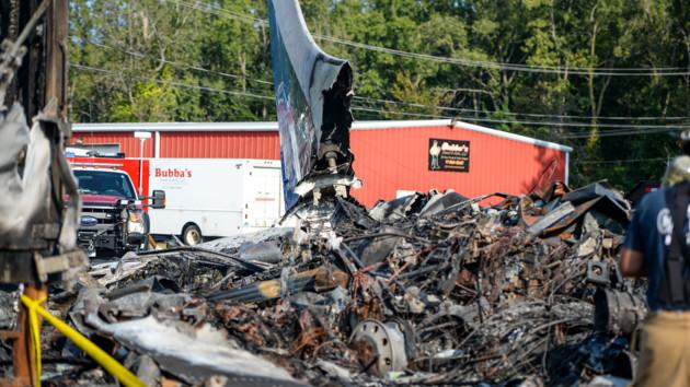 В США самолет упал на стоянку грузовиков: есть погибшие - фото и видео последствий