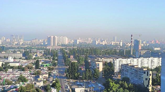 Киевляне задыхаются и скупают маски из-за смога и смрада