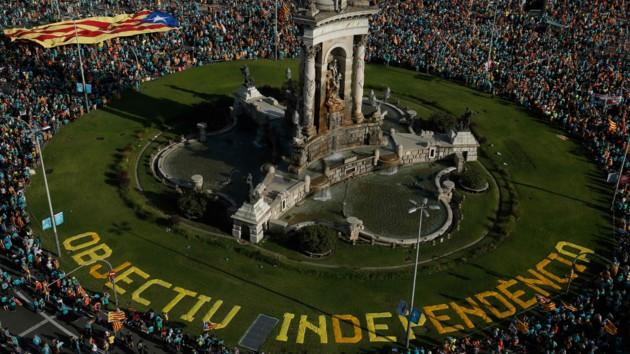 На улицы Барселоны вышли 600 тысяч сторонников независимости Каталонии: фото