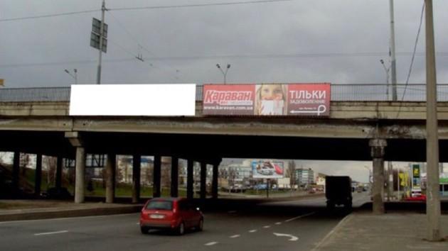 В Киеве упавший с моста камень разбил легковушку: фото