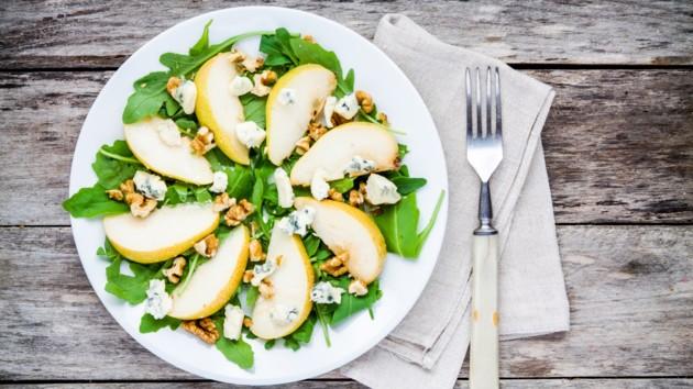 Осенний салат из груши, голубого сыра и рукколы