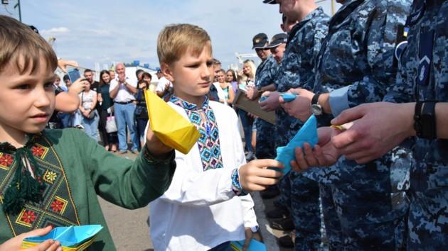 Торт, флаг и кораблики - как встречали освобожденных моряков в Одессе: опубликованы фото