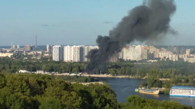 В Киеве вспыхнул мощный пожар на Гидропарке: появились фото и видео