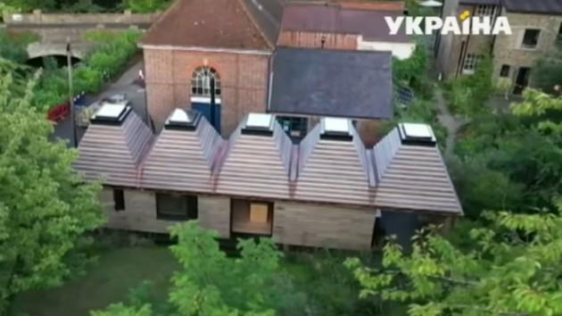 Экологически чистый и теплый: в Британии построили дом из пробок