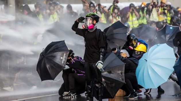 Полиция Гонконга применила водяные пушки и слезоточивый газ против демонстрантов