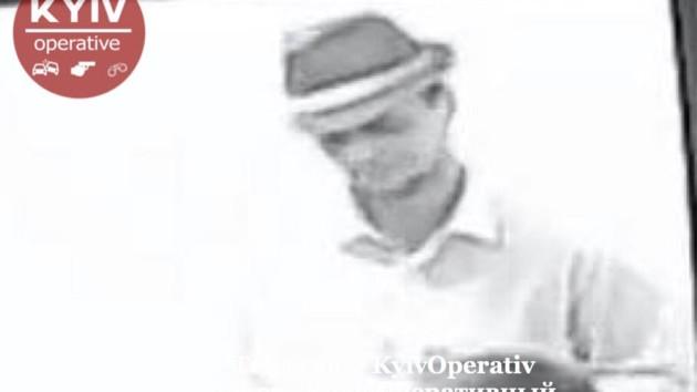 В Киеве двое парней в одинаковой одежде ограбили обменник и скрылись на белом Porshe