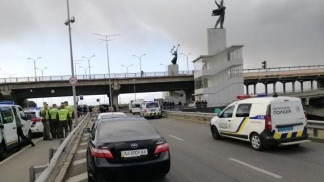 В Киеве вооруженный мужчина угрожает взорвать мост (видео)