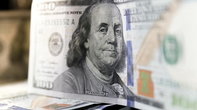 В Украине замер курс доллара, евро медленно дорожает