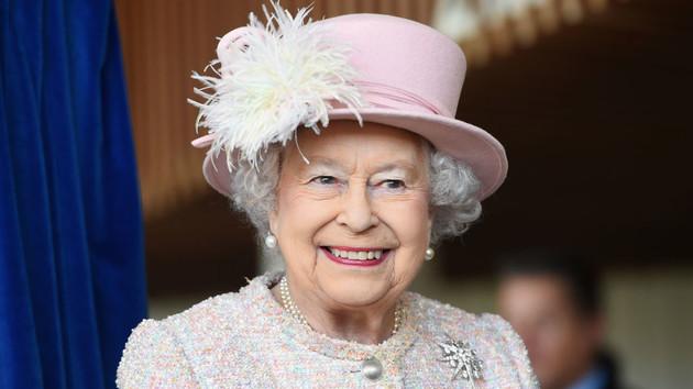 Вопреки высокому статусу: Елизавета ІІ подала чай работнику Букингемского дворца