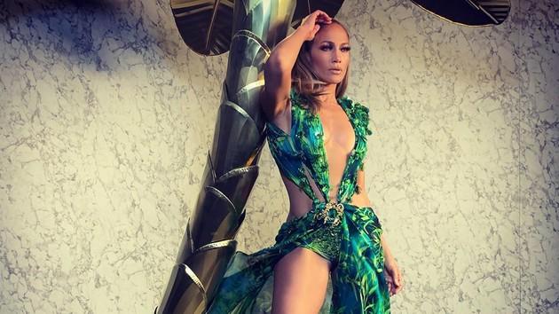 Назад в прошлое: Дженнифер Лопес повторила свой легендарный образ на шоу Versace