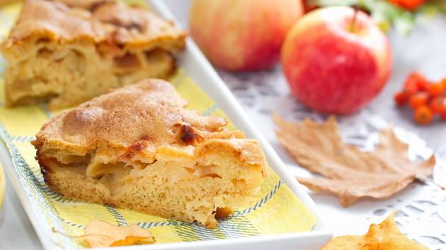 Как испечь шарлотку с яблоками на сметане