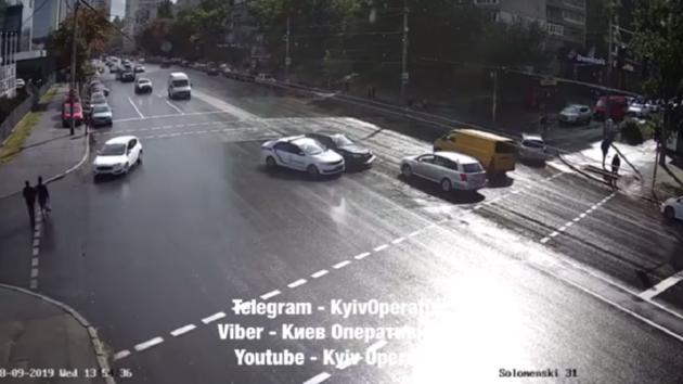 В Киеве патрульный автомобиль устроил ДТП: появилось видео