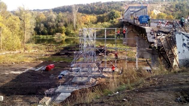 Ремонтирует мост в Станице Луганской только Украина: боевики не выполнили обязательств