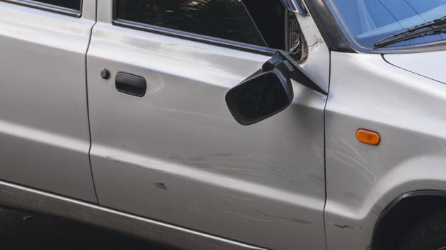 В Киеве такси врезалось в мопед с курьерами-иностранцами: появилось видео
