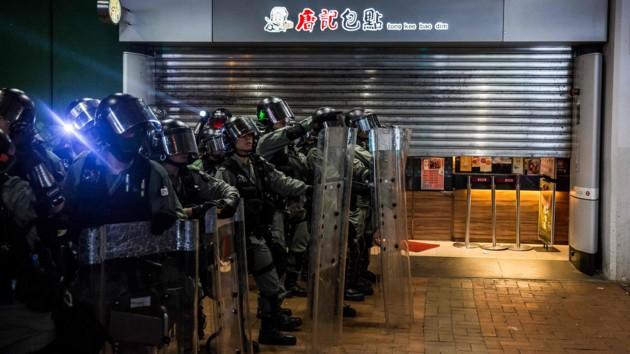 Полиция Гонконга применила слезоточивый газ для разгона агрессивных демонстрантов