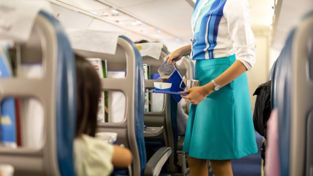 Нельзя пить кофе и чай в самолете: стюардесса объяснила почему