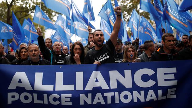 Тысячи французских полицейских вышли протест из-за самоубийств в их рядах: яркие фото