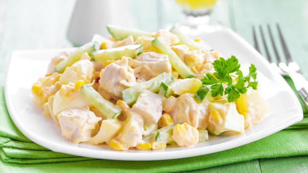 Рецепт вкусного салата с ананасом, кукурузой и куриной грудкой