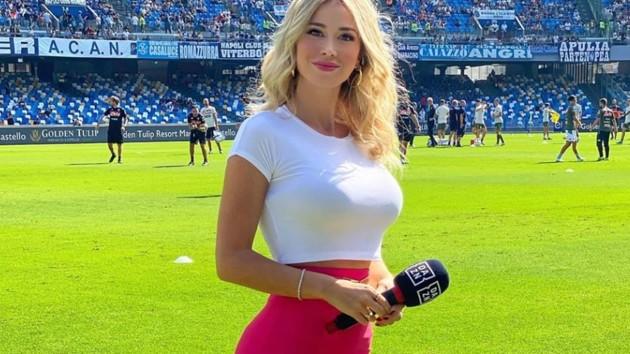 Журналистка на стадионе отреагировала на просьбу показать грудь: видео