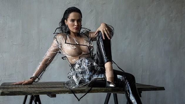 Страстная Даша Астафьева обнажила грудь перед камерой
