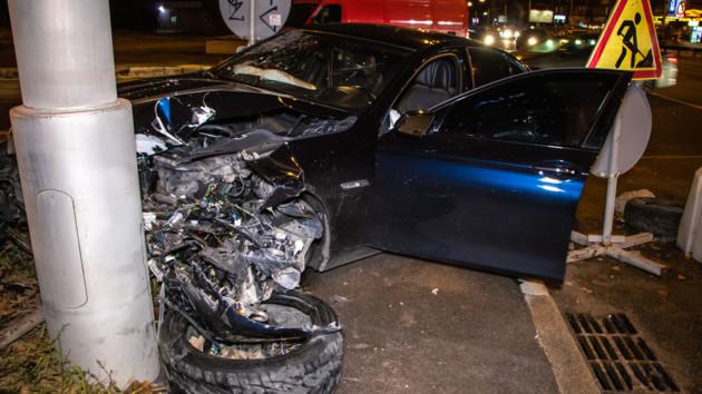 В Киеве трое парней на BMW устроили ДТП: появились фото и видео
