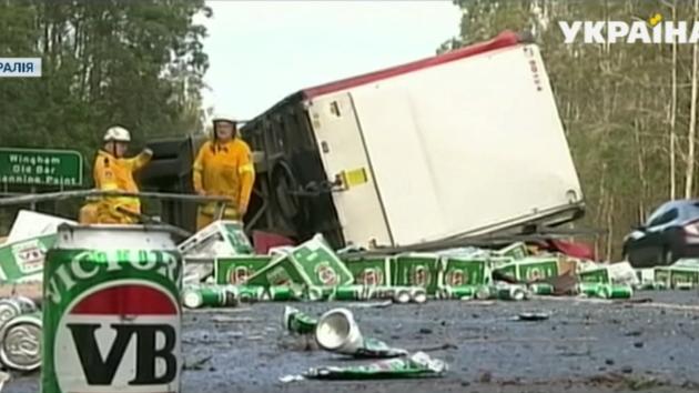 В Австралии перевернулся грузовик, перевозивший крупную партию пива