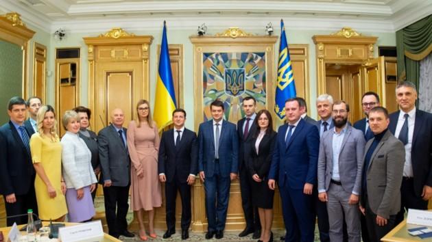 Зеленский вручил удостоверения новым членам ЦИК